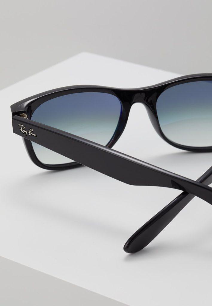 2279c55fe815c Wayfarer Ray Ban, 139,95 euros sur Zalando https://www.zalando .fr/ray-ban-new-wayfarer-lunettes-de-soleil-ra254f005-q17.html