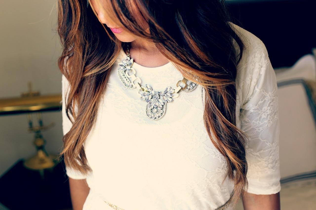 ed8830b2d8c Comment bien porter un bijoux en fonction de sa tenue vestimentaire