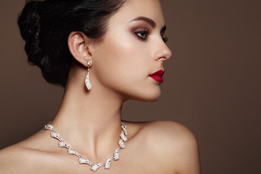 Afficher un look tendance : comment assortir ses bijoux à sa